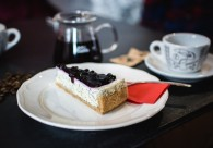 foodiesfeed.com_cheesecake-with-poppyseed-blueberries (640x427)
